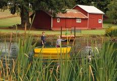 孩子的农厂生活在池塘 免版税库存图片