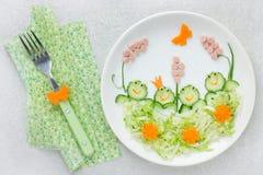 孩子的创造性的沙拉介绍想法-黄瓜圆白菜婆罗双树 库存照片