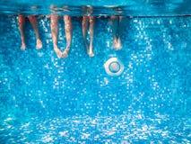 孩子的和水下成人的腿 免版税库存图片