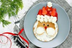 孩子的圣诞老人薄煎饼用早餐或早午餐-圣诞节食物艺术 免版税库存照片