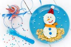 孩子的圣诞节食物艺术雪人健康早餐 免版税库存图片