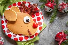 孩子的圣诞节食物 鲁道夫驯鹿薄煎饼 免版税库存照片