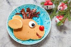 孩子的圣诞节食物 鲁道夫驯鹿薄煎饼 免版税图库摄影