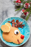 孩子的圣诞节食物 鲁道夫驯鹿薄煎饼 免版税库存图片