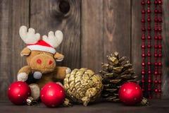 孩子的圣诞节 在圣诞老人帽子的玩具鹿 新年度装饰 图库摄影