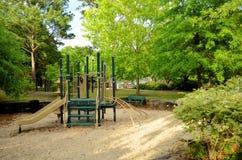 孩子的在公园倒空操场 库存照片