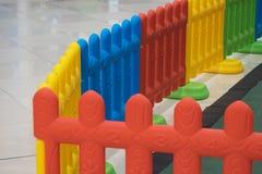 孩子的塑料篱芭在安全的操场 库存照片