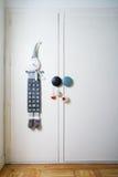 孩子的壁角与出现日历和圣诞节装饰 免版税库存照片