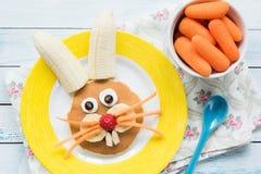 孩子的复活节兔子薄煎饼 孩子的五颜六色的滑稽的膳食 免版税库存图片
