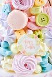 孩子的复活节点心:五颜六色的糖果款待用曲奇饼和蛋白甜饼 愉快的复活节 库存图片