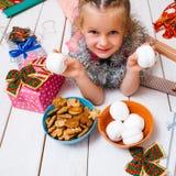 孩子的奇迹 庆祝庆祝圣诞节女儿帽子母亲圣诞老人佩带 免版税库存图片