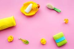 孩子的巴恩辅助部件 黄色橡胶鸭子,肥皂,海绵,刷子,在桃红色背景顶视图copyspace的毛巾 库存照片