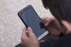 孩子的手有电话机动性的 免版税库存图片