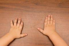 孩子的手 免版税库存照片