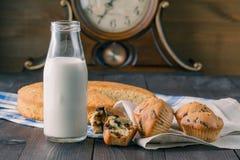 孩子的早餐用松饼和牛奶 免版税库存照片