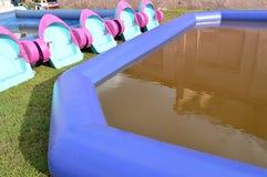 孩子的有趣的娱乐-儿童与小船的` s水池,室外拷贝空间 免版税库存照片
