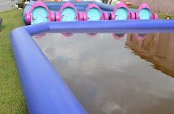 孩子的有趣的娱乐-儿童与小船的` s水池,室外拷贝空间 免版税图库摄影