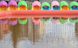 孩子的有趣的娱乐-儿童与小船的` s水池,室外拷贝空间 库存照片
