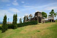 孩子的木操场在小山 库存照片