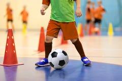 孩子的橄榄球futsal训练 训练一滴技能的男孩 图库摄影