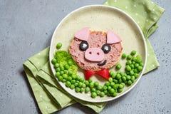 孩子的滑稽的三明治塑造了猪 免版税库存照片