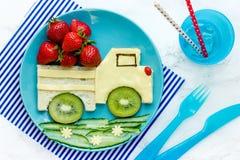 孩子的滑稽的食物想法-乳酪三明治用草莓 库存图片
