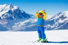 孩子的滑雪和雪乐趣冬天山的 库存照片