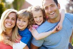 给孩子的父母在庭院里扛在肩上乘驾 免版税库存图片