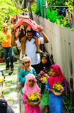 孩子的父母游行对仪式割除阴茎。 库存照片