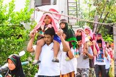 孩子的父母游行对仪式割除阴茎。 图库摄影