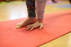 孩子的瑜伽班 免版税库存照片