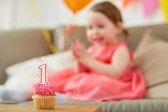 孩子的生日杯形蛋糕一年周年 库存照片