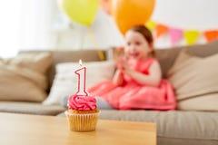 孩子的生日杯形蛋糕一年周年 库存图片