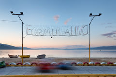 孩子的电karts日落的奥赫里德湖,阿尔巴尼亚 免版税库存照片
