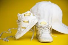 孩子的白色运动鞋 免版税库存图片