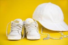 孩子的白色运动鞋 免版税库存照片