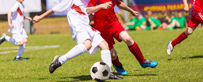 孩子的足球比赛 男孩橄榄球使用 免版税库存图片