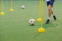 孩子的足球阵营 训练与球和锥体的孩子足球技能 足球障碍滑雪操练改进启远地滴下的橄榄球 免版税库存图片