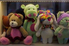 孩子的软的玩具在窗口里 免版税库存图片
