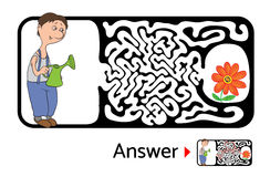 孩子的迷宫难题与花匠和花 迷宫例证,包括的解答 免版税库存照片