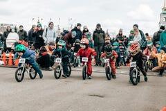 孩子的非职业竞争平衡在列宁广场,Reade集合的自行车是 免版税库存照片