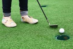 孩子的高尔夫球赛在乡村俱乐部 免版税库存照片