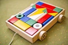 孩子的,有木块的一辆玩具汽车一个木玩具孩子的 库存图片