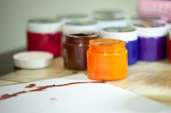 孩子的,特写镜头五颜六色的画的油漆 库存图片