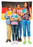 孩子的整个长的图片反对德国旗子的 免版税库存照片