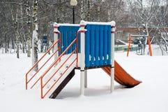 孩子的幻灯片在冬天 免版税库存照片