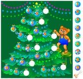 孩子的锻炼-帮助玩具熊装饰圣诞树 免版税库存图片