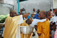 孩子的洗礼在天主教会里 库存图片