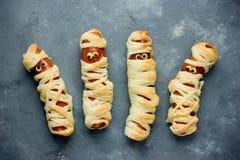 孩子的滑稽的想法万圣夜食物的-在面团的香肠作为上午 免版税库存照片