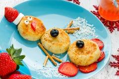 孩子的滑稽的雪人圣诞节早晨早餐薄煎饼 库存图片